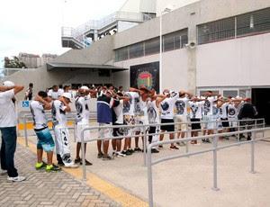 Torcedores ficarão detidos na delegacia que funciona dentro do estádio (Foto: Jocaff Souza)