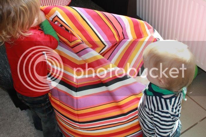 Bjarne und Jannes begutachten den neuen Sitzsack