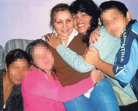 A ex-modelo Josi Campos, hoje com 51 anos, com Vera Ceroni e crianças também internadas na clínica psiquiátrica