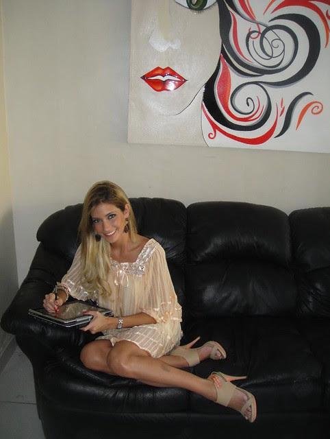 María René Antelo recostada en un sofa y utilizando una tableta