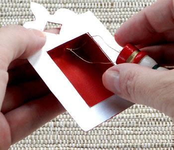 Passe o fio para pendurar pelo buraco no alto da caixa