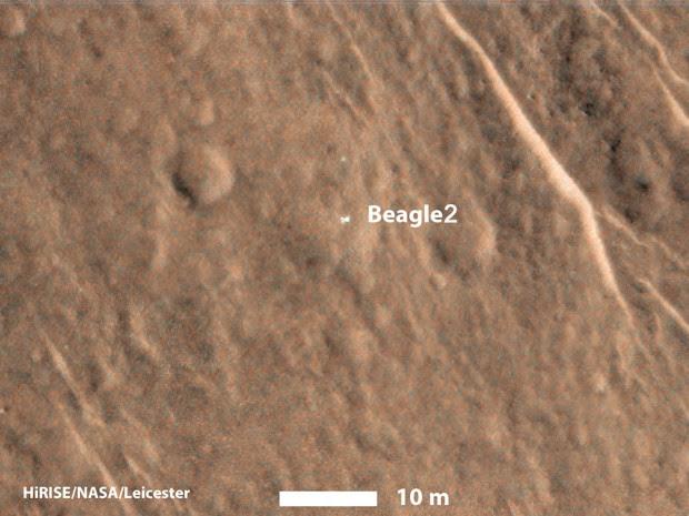 Imagem da superfície de Marte feita pelo satélite Mars Reconnaissance Orbiter mostra um objeto brilhante reconhecido como a sonda britânica Beagle 2, sumida em 2003; imagem foi feita pela câmera HiRISE, do módulo (Foto: NASA/JPL-Caltech/Univ. of Arizona/University of Leicester)