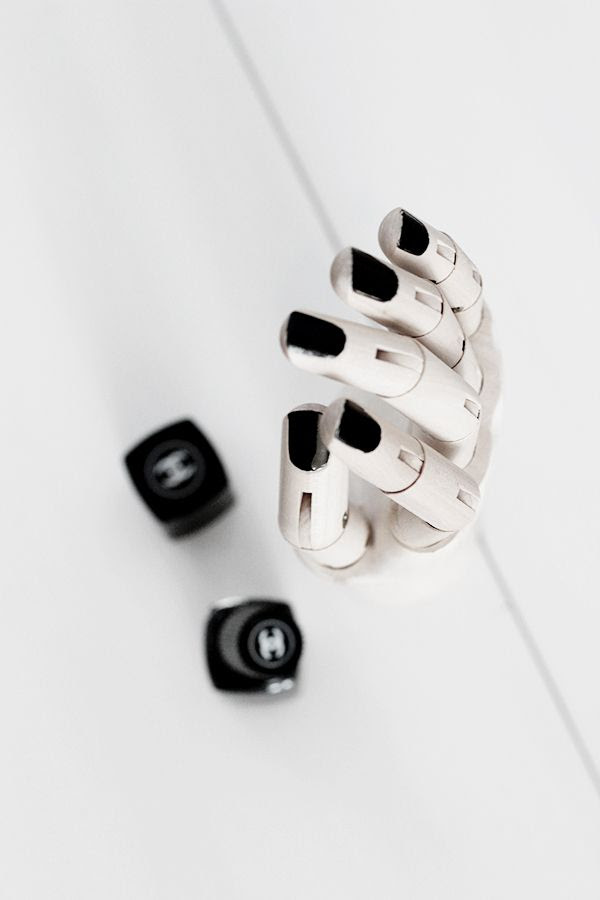 LE FASHION BLOG HOME DECOR INSPIRATION MIJA THE SUPER ORDINARY SWEDISH INTERIOR DESIGN BLOGGER BLACK AND WHITE FASHION RELATED DETAILS WOODEN FLEXIBLE ART DRAWING HAND NAILS PAINTED BLACK CHANEL NAIL POLISH 5 photo LEFASHIONBLOGHOMEDECORINSPIRATIONMIJATHESUPERORDINARY5.jpg