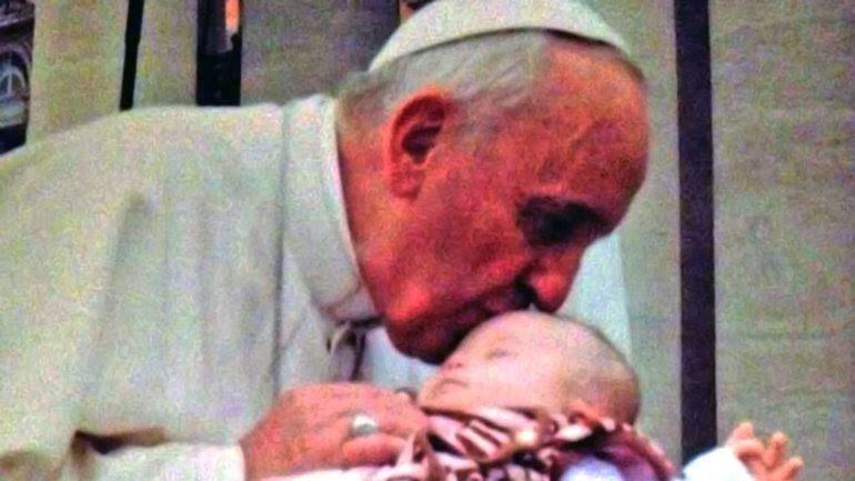 El papa Francisco bendijo a Ave Cassidy, una bebé estadounidense gravemente enferma, el 24 de septiembre de 2014