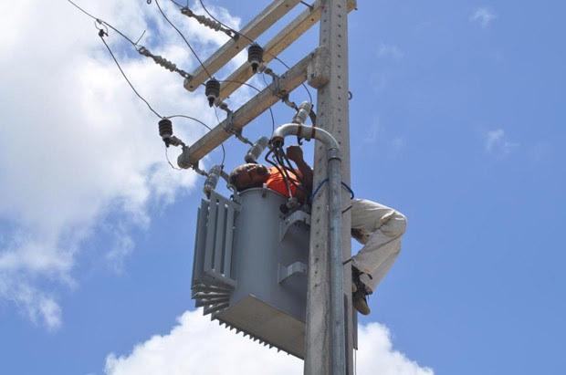 Após levar o choque, homem ficou deitado sobre o transformador preso ao poste. (Foto: Ana Amaral/Prefeitura de Parnamirim)