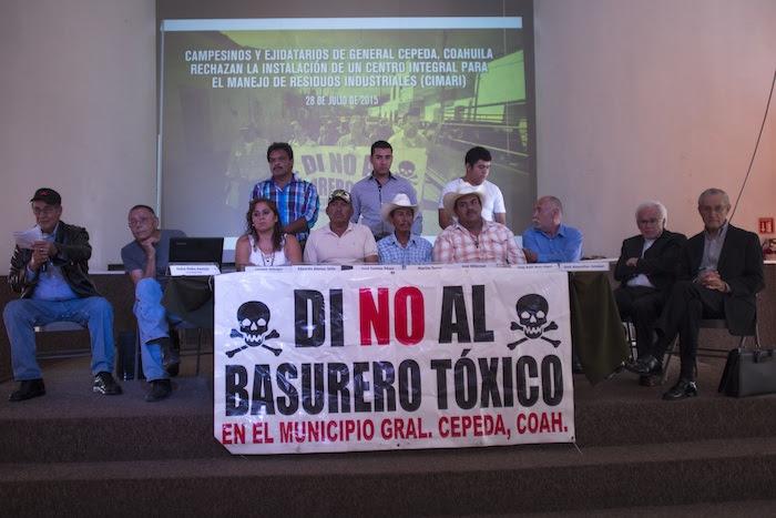 El obispo Raul Vera, acompañó a habitantes del municipio de General Cepeda a la conferencia de prensa que realizaron para denunciar la puesta en marcha de un basurero que albergara residuos tóxicos. Foto: Cuartoscuro