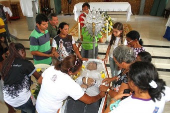 Tristeza e emoção marcam o velório de Rondinely na paróquia Santo Antônio
