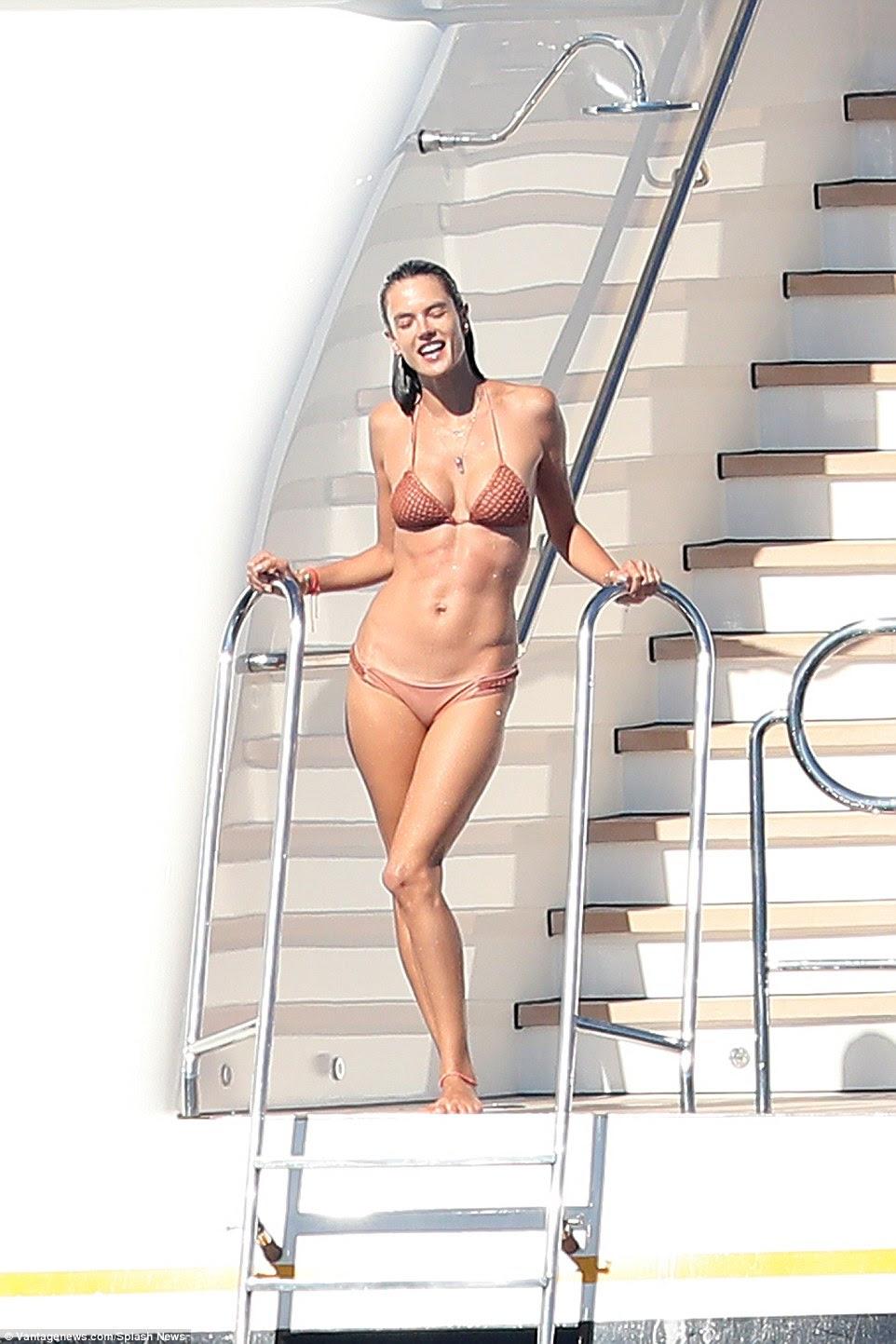 Escaldante: Alessandra Ambrosio exibia sua figura sensacional como ela gostava de um local de desportos aquáticos e se deliciava com as temperaturas sobem a bordo de um iate no sul da França na terça-feira