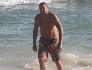 Adriano um dia antes do incidente, na praia da Barra; confusão é mais uma na lista do corintiano