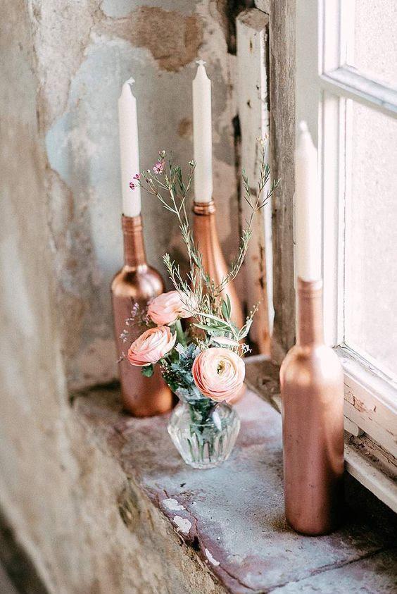 Kupfer-Flaschen als Kerzenhalter fügen glam zu jedem tablescape