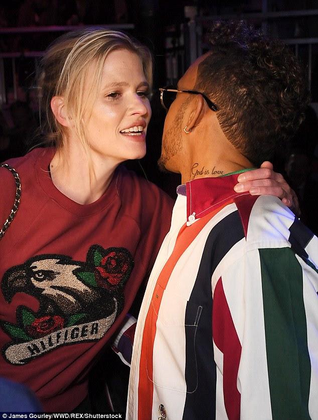 Selado com um beijo!  A dupla mais tarde se despedem com um beijo na bochecha