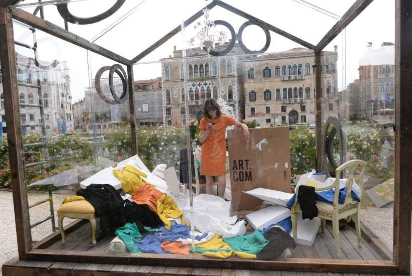 Milla Jovovich, consumista encerrada en una caja
