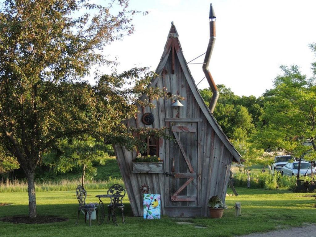 Minúsculas casinhas de madeira recuperada que parecem retiradas de páginas de contos infantis 02