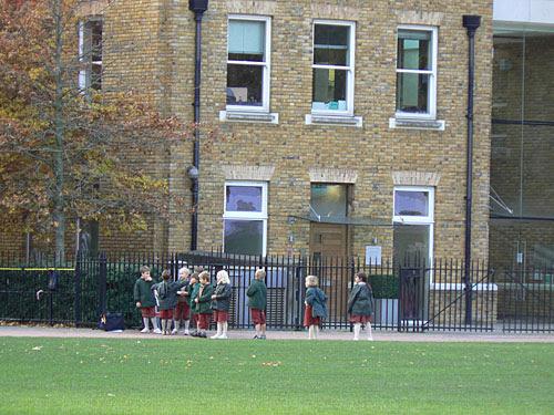 écoliers en vert et rouge.jpg