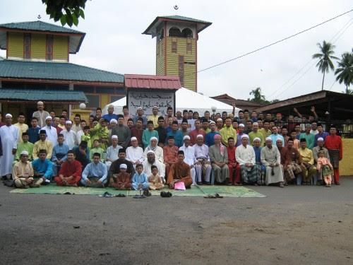 Penduduk Kampung Sayong Lembah bergambar bersama anak perantau Sayong Lembah Group