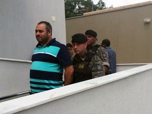 Vereador de São Joaquim de Bicas Marcos Aender (PT), sendo conduzido por militares no Ministério Público de Igarapé (Foto: Tábata Poline/G1)