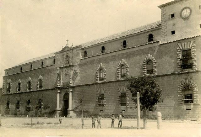 Fachada del Hospital Tavera en junio de 1905. Fotógrafo anónimo. Colección Luis Alba. Ayuntamiento de Toledo