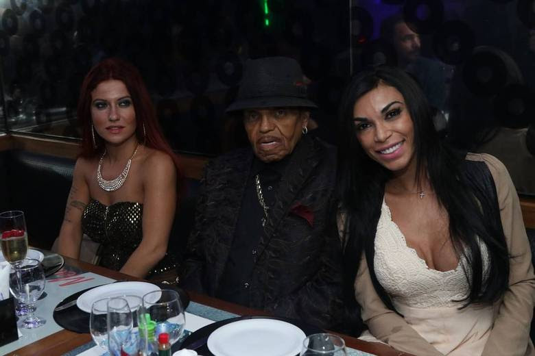Joe Jackson, pai de Michael Jackson, chegou ao Brasil na última quarta-feira (22) para comemorar seu aniversário em São Paulo, em uma festa que acontece no próximo domingo (26). A noite de sexta-feira (24) de Joe foi marcada por um jantar em um restaurante na capital paulistana