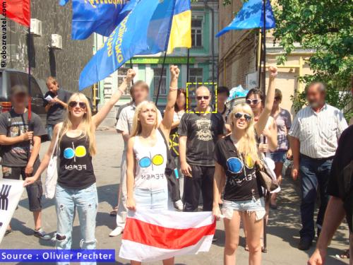 Un skinhead en medio de FEMEN