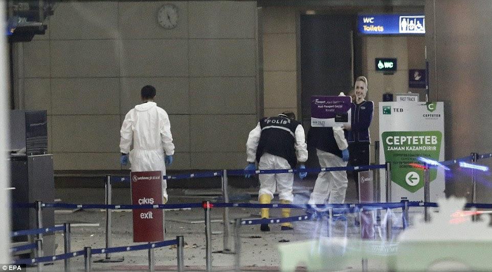 Os investigadores da polícia começar a pesquisar a área onde as explosões saiu, no aeroporto internacional de Istambul, pouco antes de 22:00 hora local - 19:50 GMT