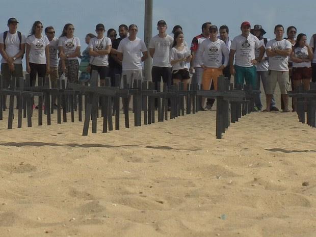 Maniefstantes fincaram cruzes na areia da Praia de Iracema (Foto: TV Verdes Mares/Reprodução)