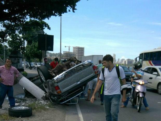 Caminhonete capota e deixa um preso às ferragens em Vitória (Foto: Vinícius Gonçalves/TV Gazeta)