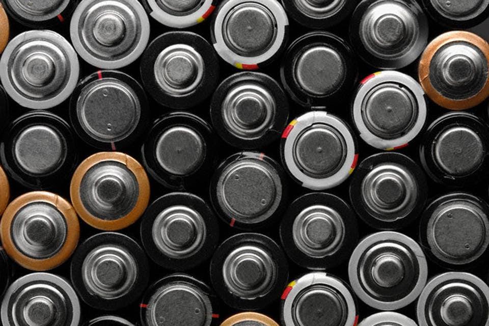 Se creó la primera planta piloto de reciclado de pilas del país, donde recuperan hasta cien kilos por mes. Con lo que se obtiene se puede producir desde pinturas hasta medicamentos. Historia de un proyecto único en el mundo.