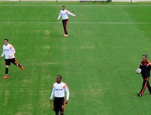 Ney Franco comanda treino com três zagueiros no Flamengo (Foto: Hector Werlang)