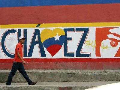 Un hombre camina frente una pared pintada con referencia al presidente Venezolano Hugo Chávez hoy,en Caracas (Venezuela).EFE/MANAURE QUINTERO