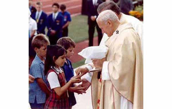 'Comunión' en la mano por Anti Papa Juan Pablo II