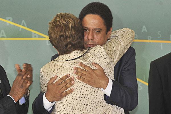 Dilma Rousseff abraçou ex-ministro Orlando Silva durante posse de Aldo Rebelo na pasta de Esporte