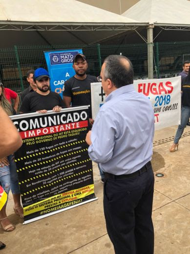 Governador Pedro Taques com manifestantes do sindicato prisional