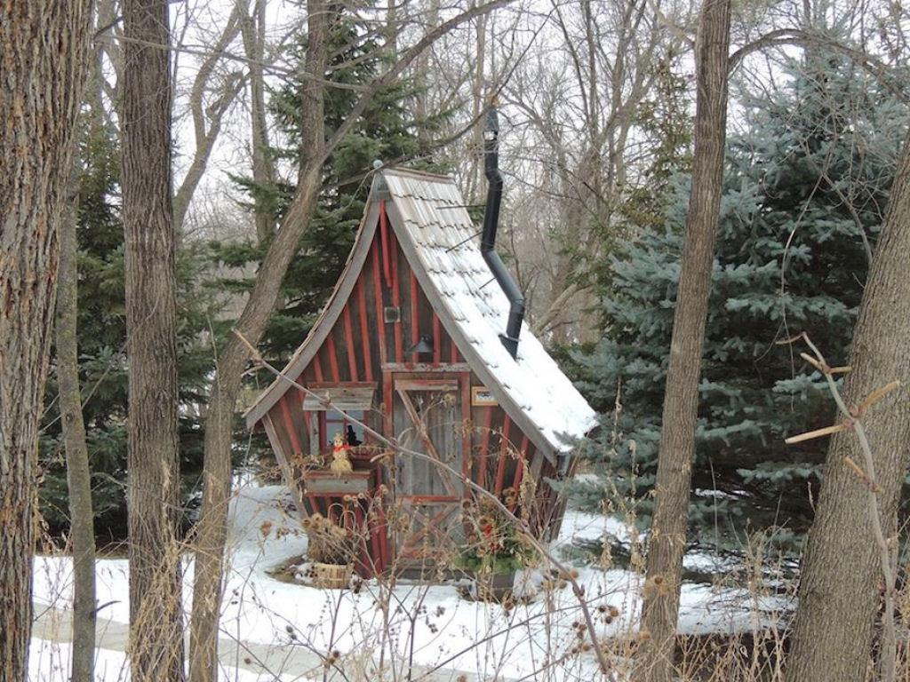 Minúsculas casinhas de madeira recuperada que parecem retiradas de páginas de contos infantis 08