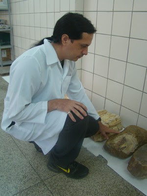 Paleontólogo exibe outros fósseis já encontrados no mesmo parque (Foto: Patrícia Andrade/G1)