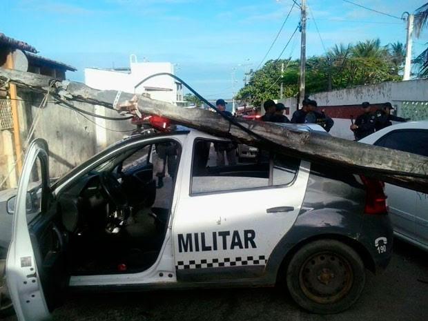 Poste caiu sobre o carro da PM; policiais não se machucaram (Foto: Tenente João Costa/G1)
