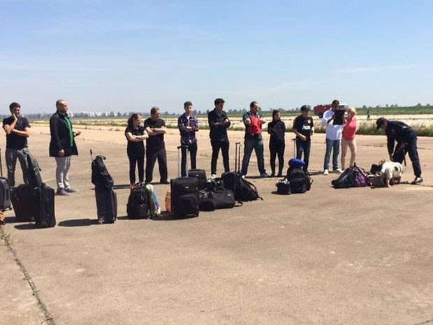 Passageiros tiveram de ficar na pista com seus pertences (Foto: Reprodução/Twitter/Sergio Santos)