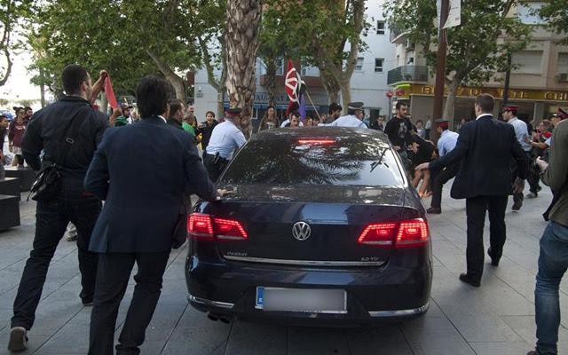 El coche de Montoro, a la salida del mitin del PP en Vilanova i la Geltrú. EFE/Susanna Sáez