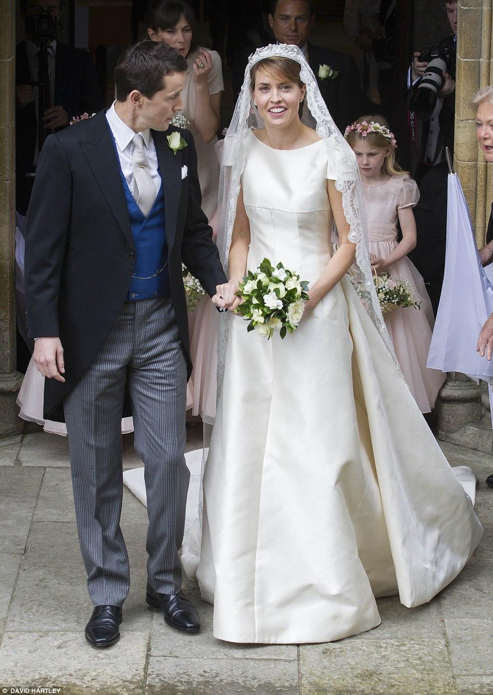 Os recém-casados tomar o seu primeiro passo como um casal como eles deixam Romsey Abbey após seu casamento ansiosamente aguardado hoje cedo