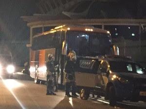 Policiais escoltam Flamengo (Foto: Felippe Costa/GloboEsporte.com)