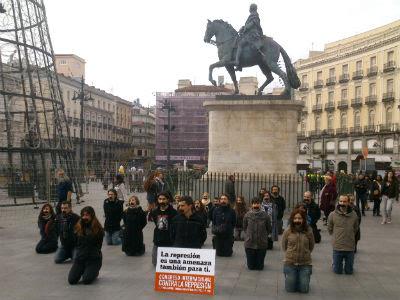 Más de una veintena de activistas han realizado hoy una performance en Sol contra la represión - E.M.