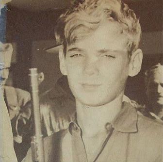 """Tony Chao Flores e a Maquina de Matar Cubana Tony era um rapaz fotogênico, capa de revista, na verdade. Em janeiro de 1959, seu rosto sorridente apareceu na capa da revista cubana Bohemia (uma mistura de Time, Newsweek e People). Na foto, o cabelo comprido e loiro de olhos verdes galegos. Sua marca registrada, o sorriso afetado, surgia logo abaixo. Asseñoritastodas desmaiavam por Tony. Na verdade Tony era um rebelde em sua época. Ele lutara contra Batista também, mas o fez com um grupo rebeldes diferentes daquele que Fidel comandava. Contudo, mesmo tendo confiado na boa-fé de tais rebeldes, acabou se dando muito mal. Convenhamos, todos nós somos um pouco idealistas e um pouco ingênuos aos 18 anos. Após a marcha rumo a Havana, as ações de Fidel começaram a se manifestar de forma diferente daquela que os inocentes idealistas esperavam: prisões em massa, roubos em massa e pelotões de fuzilamento. Os comunistas tomaram posse de todos os jornais, revistas, rádios e redes de televisão. Baniram as eleições, as greves, a propriedade privada e a liberdade de expressão. A cada manhã, de uma ponta à outra da ilha, os pelotões de fuzilamento de Fidel e Che empilhavam os corpos de todos aqueles que resistissem, até que 15 mil heróis foram enterrados. TonyChaonão era de choramingar. Em pouco tempo, tornara-se um rebelde contra Fidel., um rebelde formidável, empunhando a mesma carabina M-1 que havia empunhado contra Batista. Infelizmente, os comunistas estavam infiltrados no grupo de Tony e capturaram alguns de seus compadres. Empregando técnicas de interrogatório carinhosamente fornecidas por seus amigos do Leste alemão e pelos mentores da KGB, as forças de segurança finalmente localizaram seu esconderijo. Tony pressentia que os capangas de Fidel e Che estavam se aproximando. Sabia que viriam em grande número, fortemente munidos com armas soviéticas. """"Aqueles filhos da puta nunca me pegarão vivo"""", Tony jurou a seus irmãos de luta pela liberdade. Ao amanhecer, Tony viu os comunist"""
