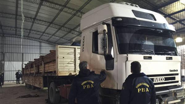 Unas cinco toneladas de marihuana que eran trasladadas en un camión fueron secuestradas y dos personas fueron detenidas hoy por la Policía de la Provincia de Buenos Aires en Virrey del Pino, partido de La Matanza. Foto: Policía Buenos Aires/Télam