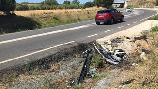 Restes del vehicle sinistrat a la TV-7211
