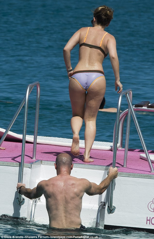 Peachy! Lainya's derriere looked particularly perky as she headed onto the barge