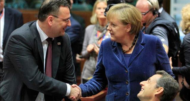 Angela Merkel y el primer ministro checo se saludan durante la cumbre de este miércoles. | Reuters