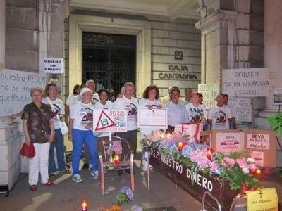 Afectados por las preferentes 'velan' a su dinero ante la sede de Caja Cantabria en foto de archivo/EUROPA PRESS