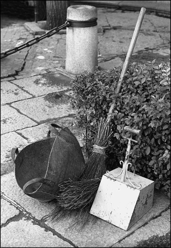 Herramientas de un barrendero de Toledo en 1967. Fotografía de John Fyfe