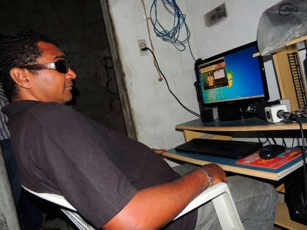Nos estudos em casa, o apoio para os estudos vem do computador  (Foto: Felipe Gibson/G1)