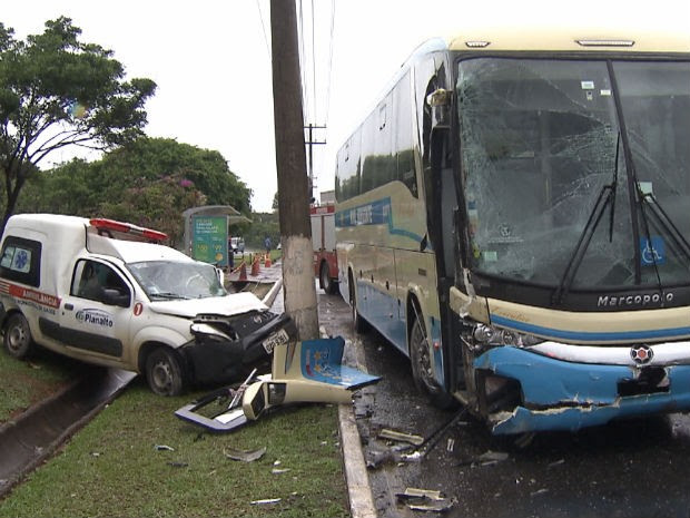 Ambulância acidente  (Foto: Imagens/TV Bahia)