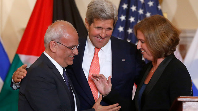 PA's Erekat (L) with Kerry and Livni (Photo: AP)
